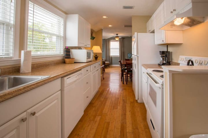 Comfortable Two Bedroom Cottage Just Steps from the Beach - Madeira Beach - Hus