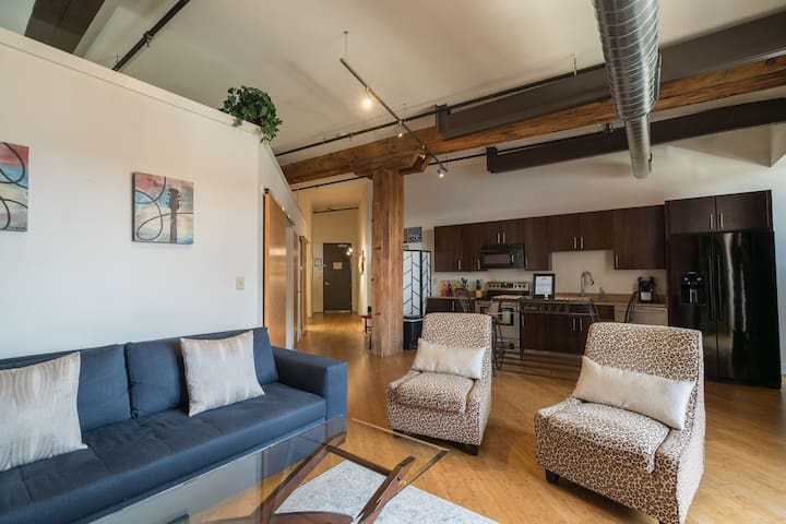 Stay Downtown Nashville AirBnB Walk Everywhere! by MusicCityLoft Fancy