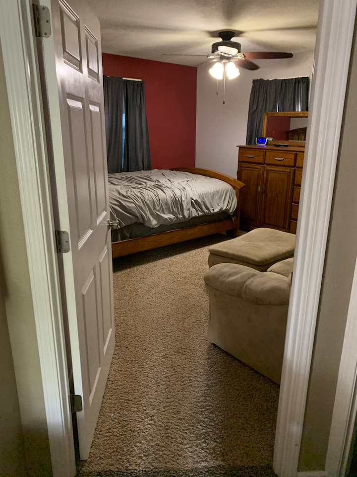 Single room with queen bed