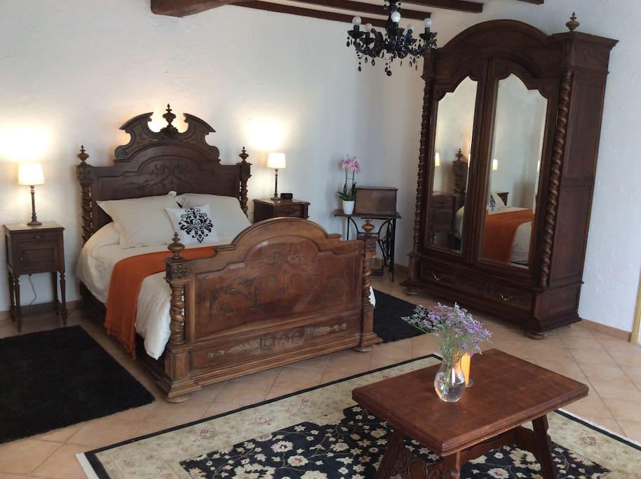 Louis XV antique bed, updated with a modern mattress. Lit Louis XV, mise a jour avec un matellas moderne.