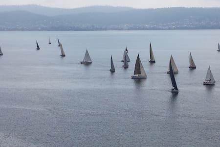 Derwent Views (waterfront) - Sandy Bay - Bed & Breakfast