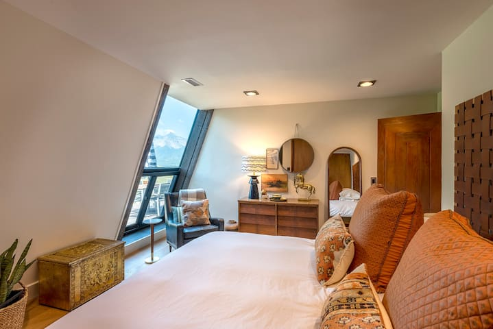 Second bedroom with king bed and amazing mountain views from your pillow