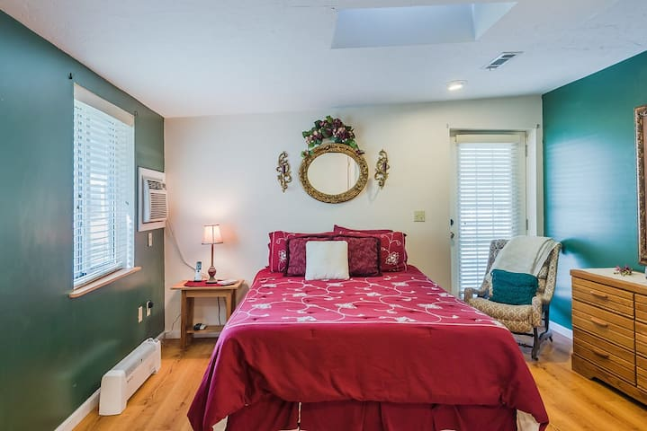 Air conditioner, door to Sunroom, electric Queen bed very comfortable.