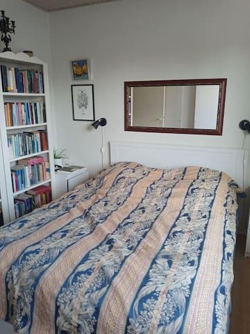 Soveværelse med bred dobbeltseng