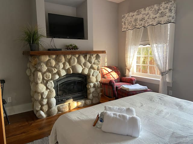 Two private rooms in a Down-Town Historic Home