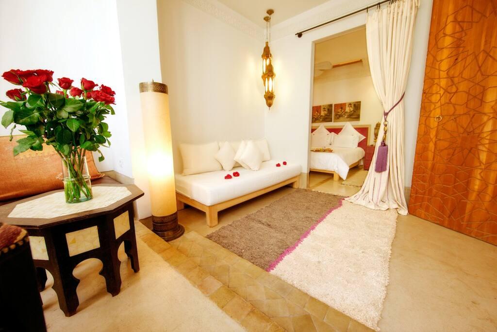 Habitación triple, al fondo la cama doble, separada con cortinas para privacidad de ambas habitaciones