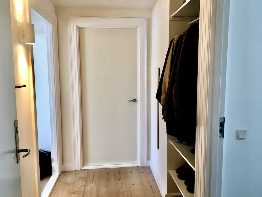 Entry of the apartment. Light, spacious and plenty of room for jackets and shoes. The hallway leads to the bathroom, bedroom and the living room/kitchen