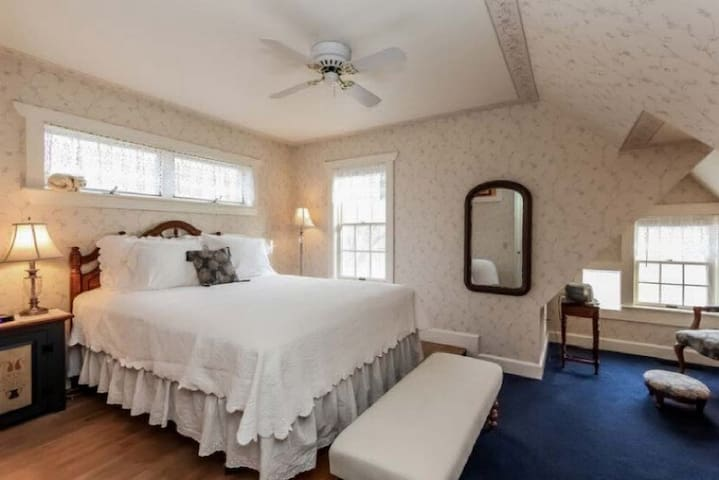 The Orchid Room - Yelton Manor Bed & Breakfast