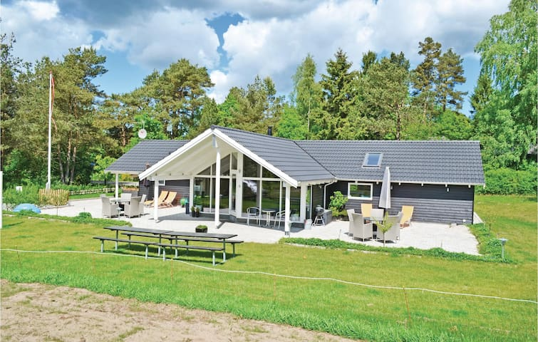 Holiday cottage with 4 bedrooms on 134 m² in Rønde