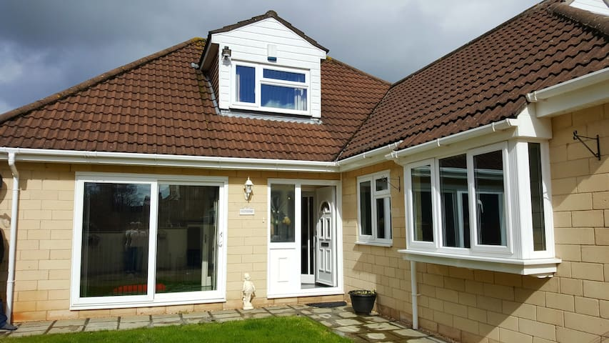 Self contained modern suite in dormer bungalow - Bath - Hus