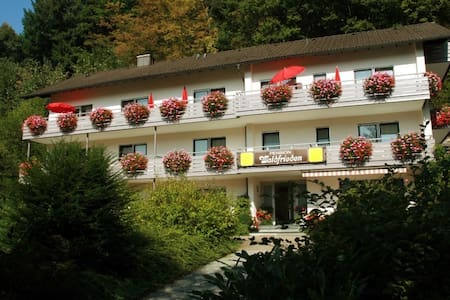 Pension Waldfrieden, (Oberharmersbach), Einzelzimmer mit Etagen-Dusche und WC