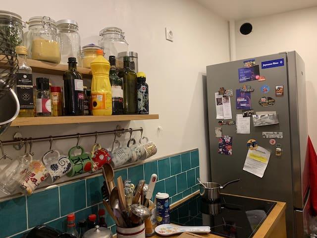 La cuisine, ouverte sur une grande pièce à vivre, que nous nous partageons.