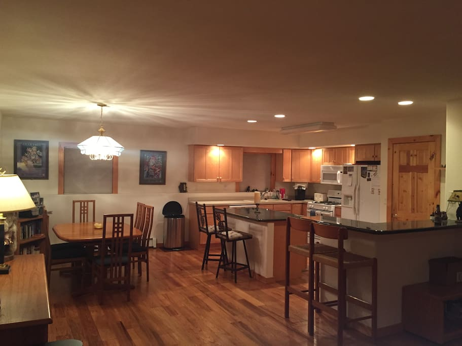 The kitchen & dining area is perfect for games and apre ski