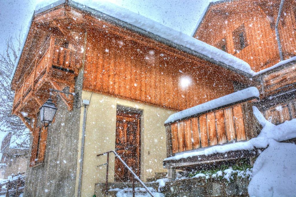 entrée de la maison sous la neige