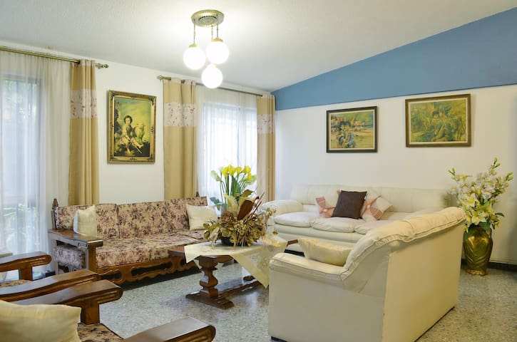 HOUSE EXCELLENT LOCATION, QUIET, WIDE. GUADALAJARA