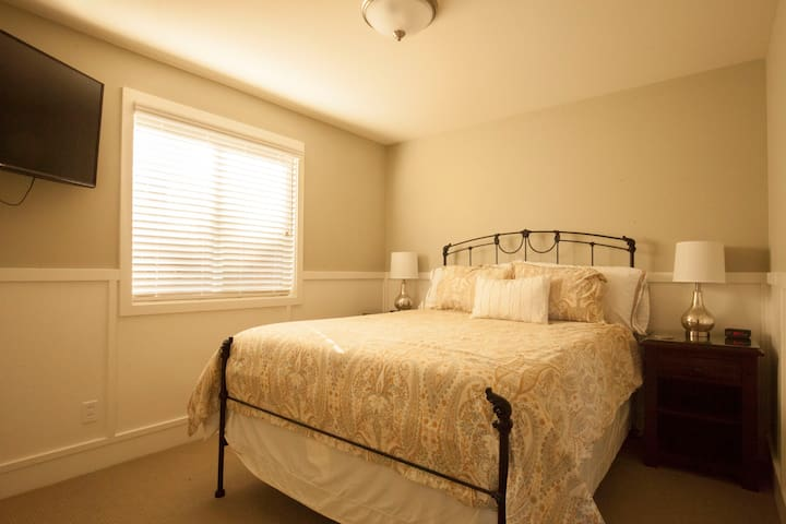 Queen Size bed with fine linens. Lamps with USB plug in.