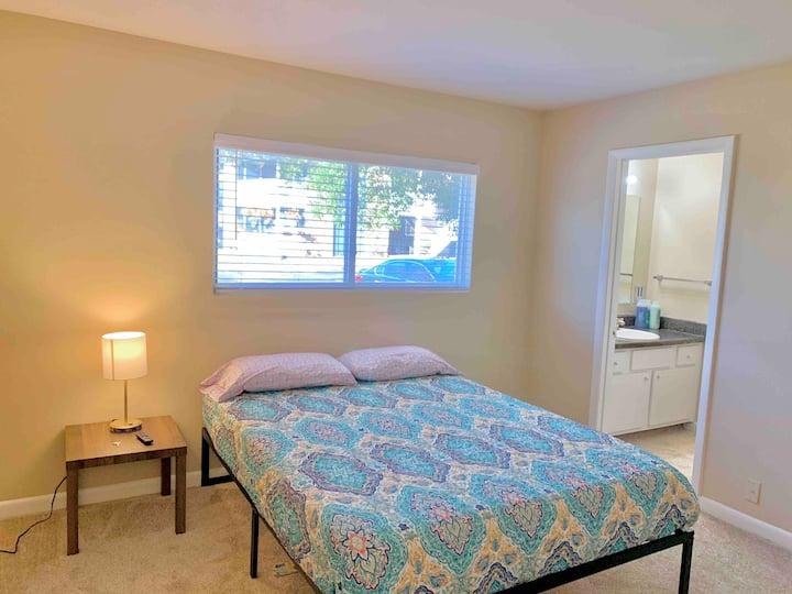 Private Bedroom w/ Attached Bath Near Downtown