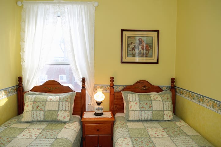 2 Twin Beds & Hot Breakfast 15 MINS WALK to Falls