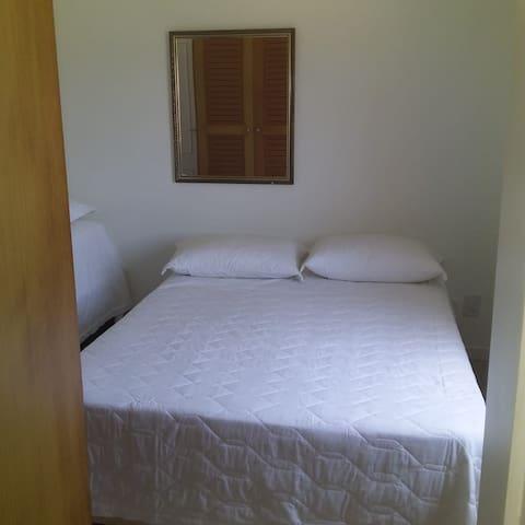 cama casal do meio mais a cama solteiro