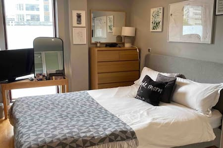 King bed + bathroom next to Manchester Piccadilly
