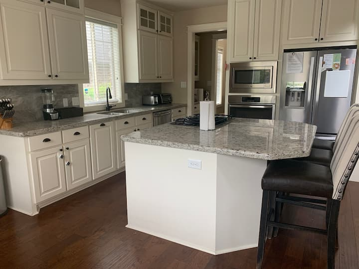 Beautiful 4 bed, 4 bath South College Station