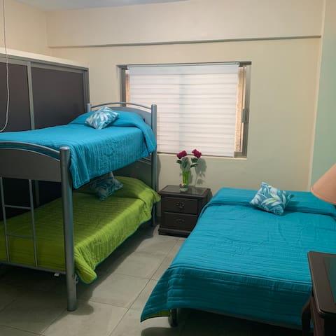 Habitación 1 litera, cama matrimonial y sofá cama
