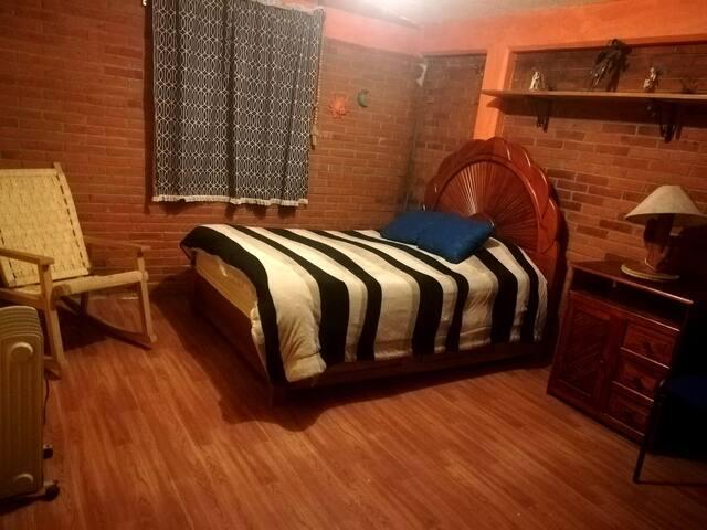 Rústica, cómoda e iluminada habitación