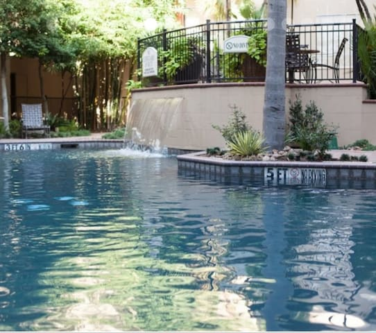 Luxury Apt minutes walk to Galleria & uptown park