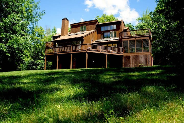 Phoenicia Retreat w/ Fireplace, 25 Minutes from Hunter Mtn