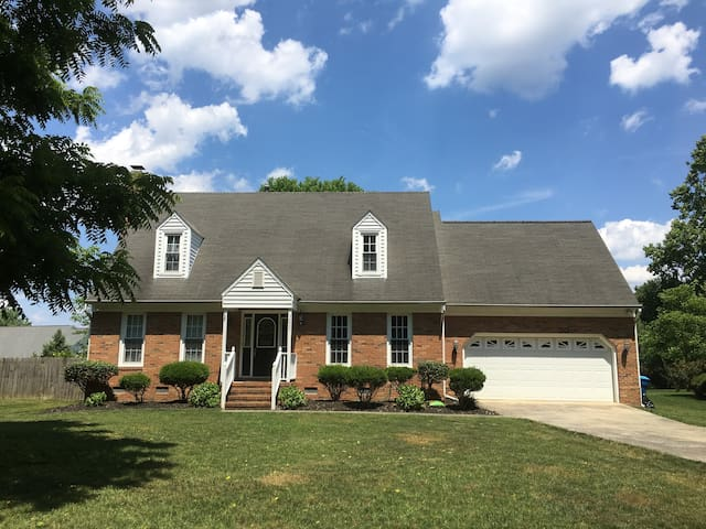 Spacious Home min from downtown GSO & highways