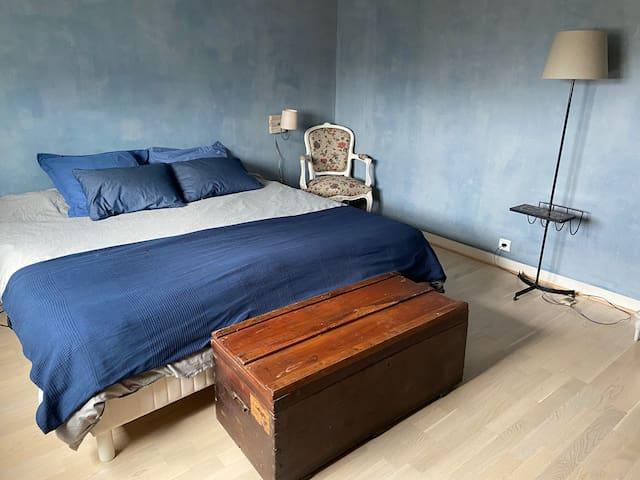 La chambre parentale bleue maison d'hôtes Max et Cathy à deux pas du zooParc de Beauval.