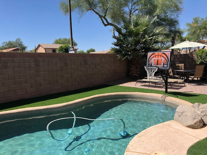 Entire house-4 BR-Heated Pool-Brkfst- Next to Mall
