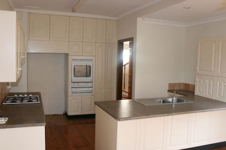 Large room close to city and airport - Monterey - 独立屋