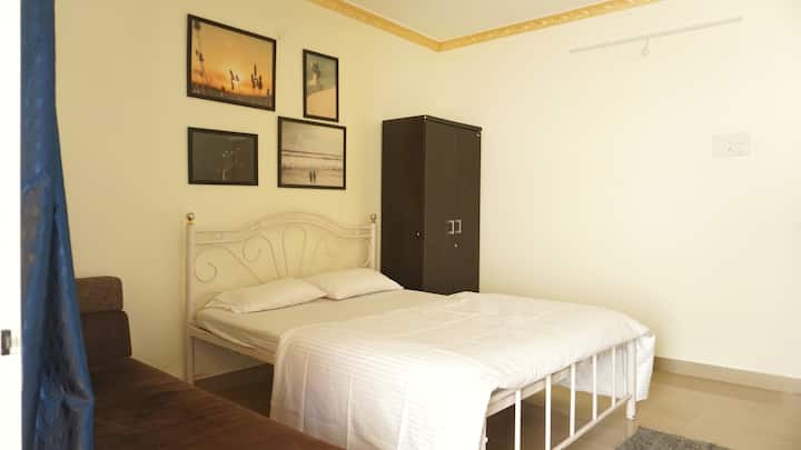 Private AC Room in Assagao Villa (WFH Friendly)