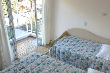 Suite 3 hóspedes, em sobrado no Polo Centro