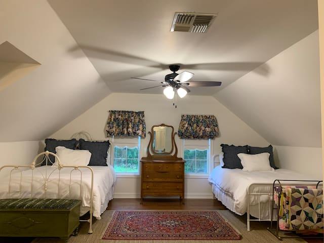 BB Bedroom - 3 beds w/ new amenities!