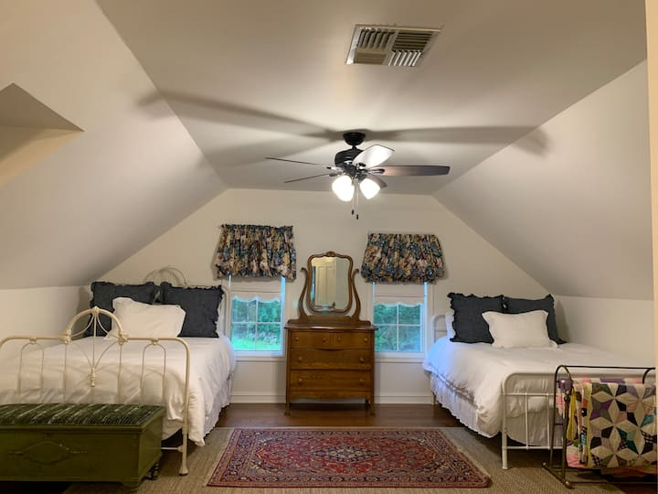BB Bedroom - 3 beds w/ new amenities!