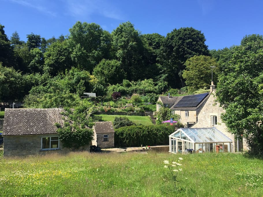 The garden in which the Cotswolds Bothy sits