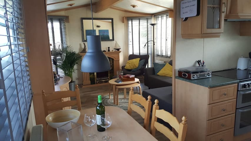 Gezellige woonkamer met sfeerhaard, open keuken en eettafel met 4 stoelen