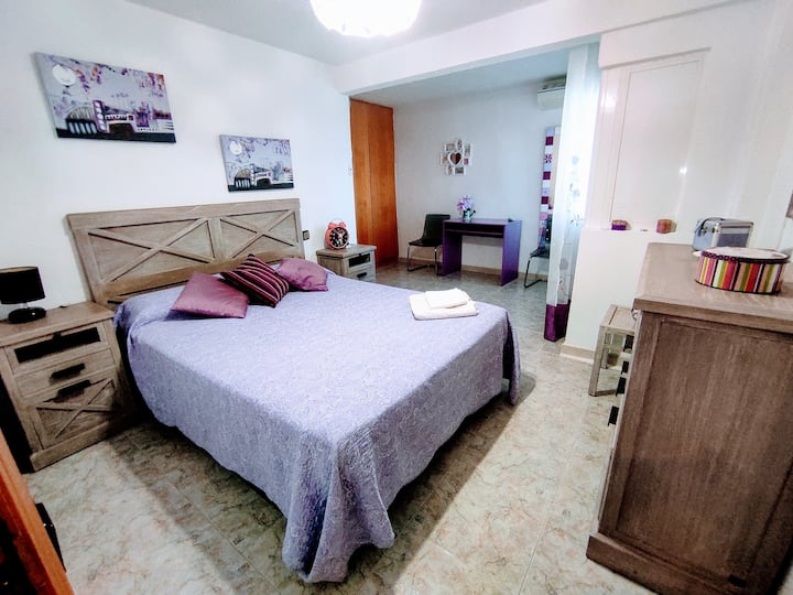 Double room with private bathroom city center wifi