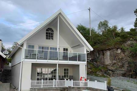 Asalneset - Hytte i sjøkanten på Halsnøy