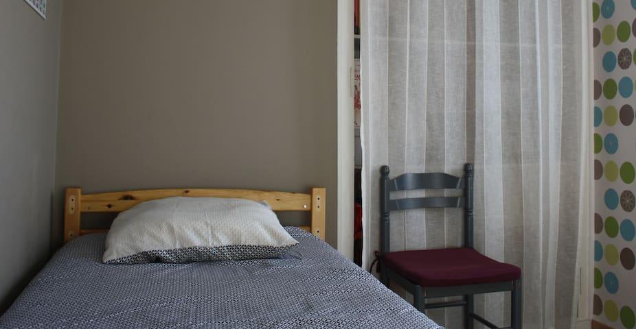Petite chambre dans maison de ville