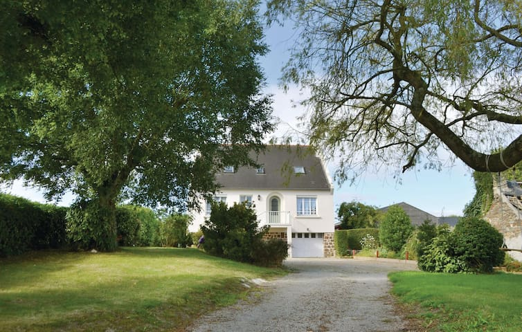 Holiday cottage with 4 bedrooms on 170 m² in Lanmeur