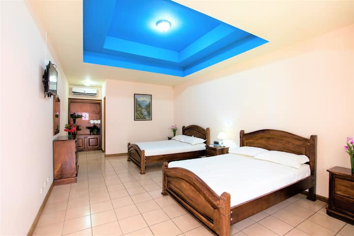 ★ Ranch ★ Arenal Volcano ★ 7 King Beds ★ Lake