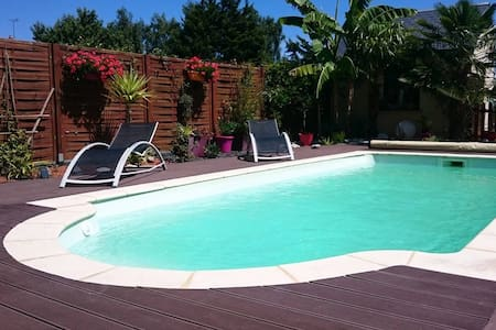 Chambre et piscine à la campagne