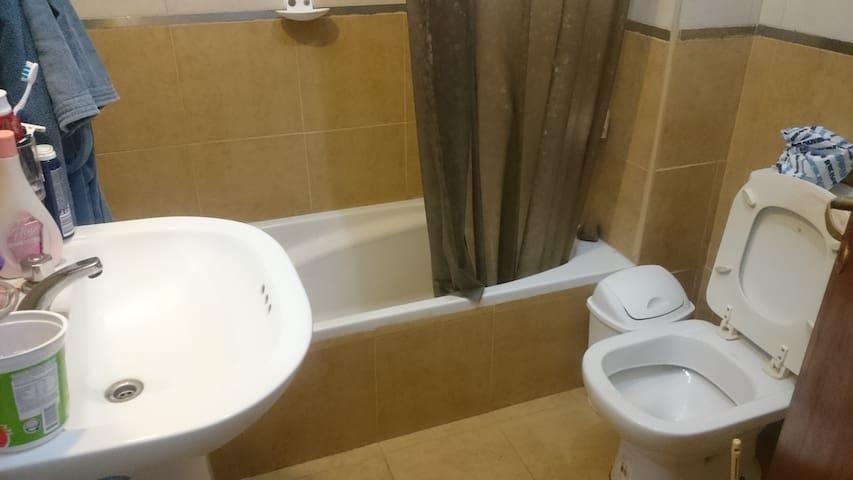 El baño cuenta con ducha agua caliente y fría,hinldoro vida y lava manos, además tiene un ante baño