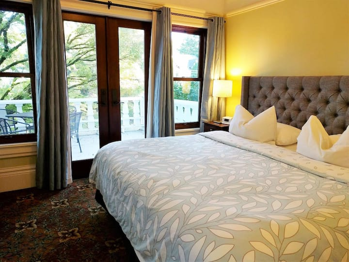 Clinton Suite: King Bed, Bathroom - Division Inns