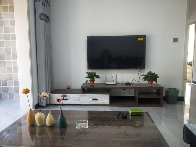 坐在客厅看电视,电视尺寸55寸哦
