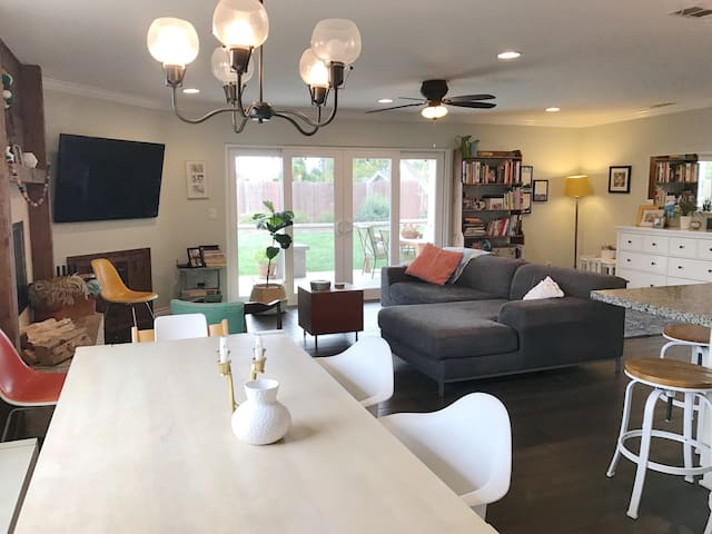 Bright home with a large yard and gas fire pit - San Diego - House