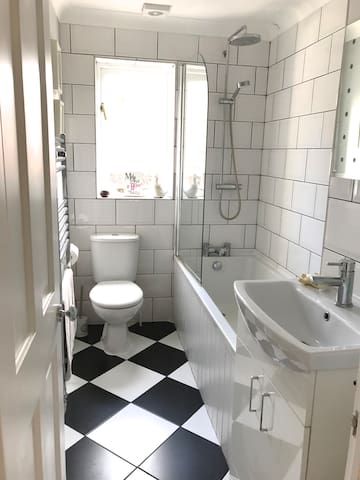 Bathroom (only shared if other bedroom is also booked)